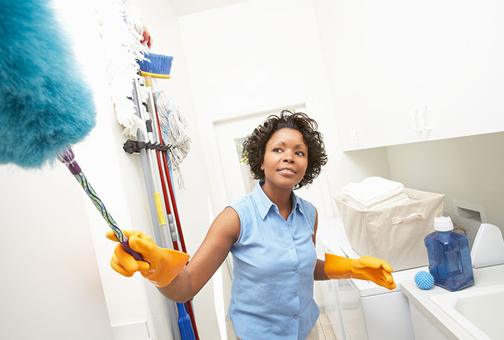 woman photographed while cleaning the house